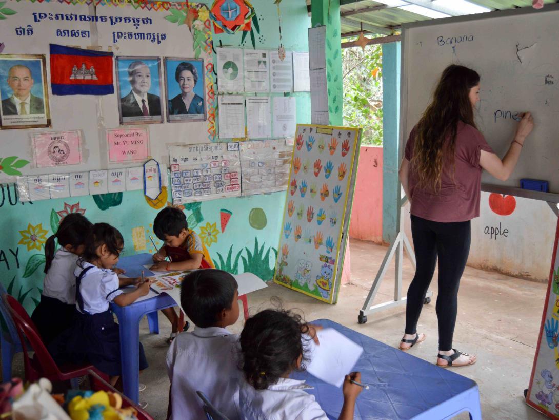 Voluntaria ayudando en una guardería en Camboya.